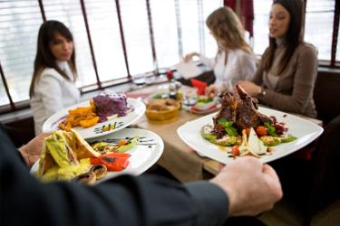 tt_zeny-sedia-pri-stole-v-restauracii